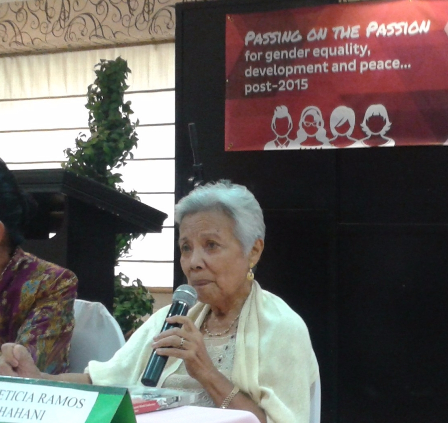 Shahani speaking before young women journalists March2015
